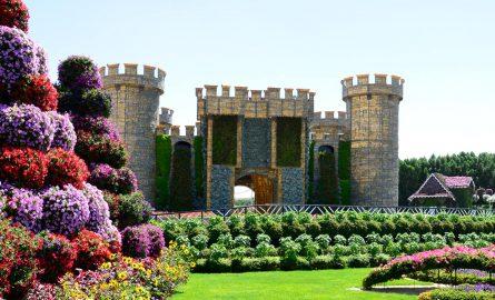 Eine Burg in Mitten von Dubais Miracle Garden für die keine extra Tickets gebucht werden müssen