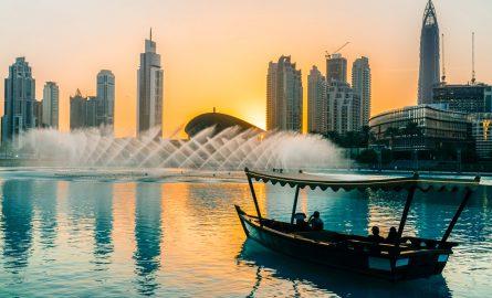 Abra Fahrt auf dem Lake Burj Khalifa bei der Dubai Fountain