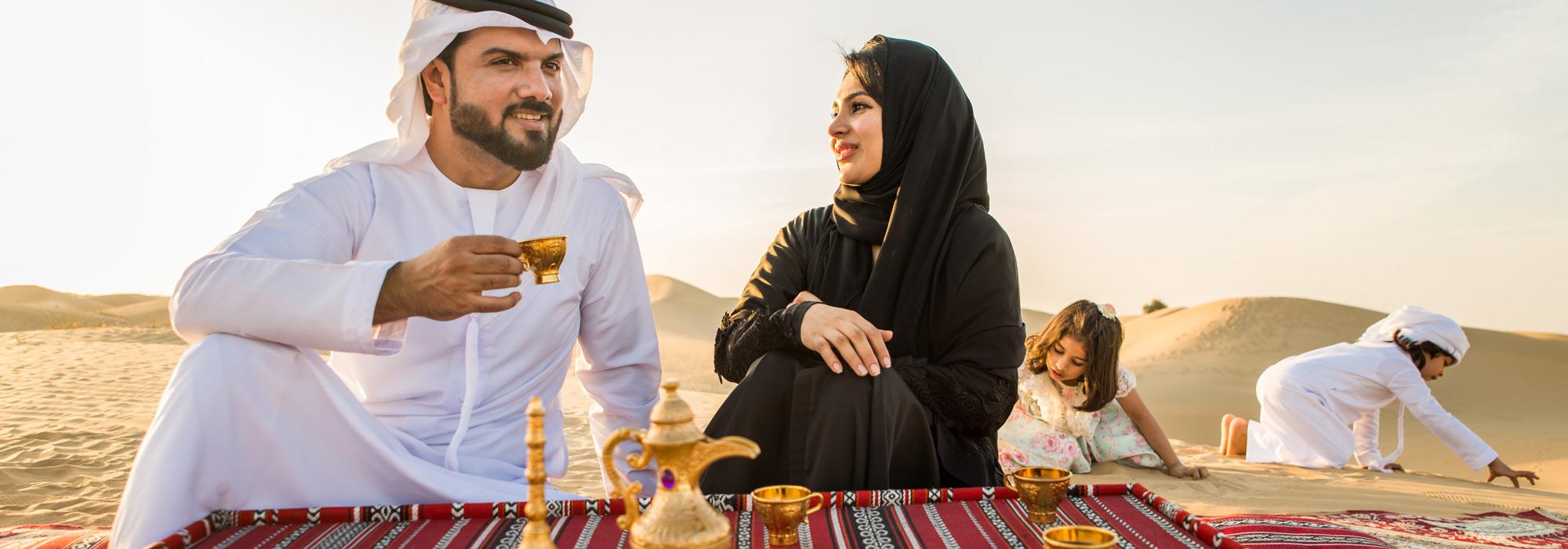 Arabisches Paar in der Wüste Dubais