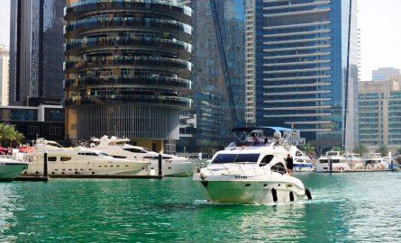 Eine gemietete Yacht in der Dubai Marina