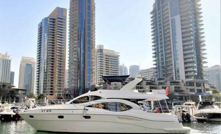 Yacht vor der Skyline der Dubai Marina