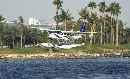 Wasserflugzeug landet auf dem Dubai Creek