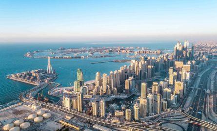 Die Skyline der Dubai Marina bei einem Rundflug