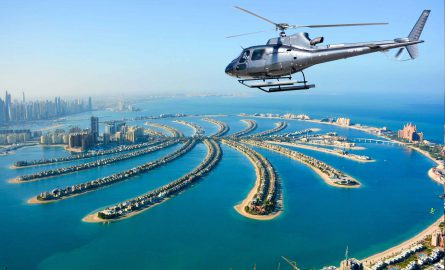 Helikopter fliegt über Palm Jumeirah bei Rundflug