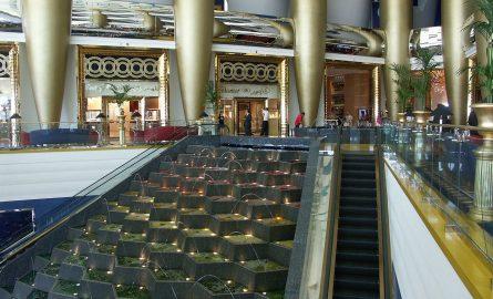 Springbrunnen im Inneren des Burj al Arab Hotels